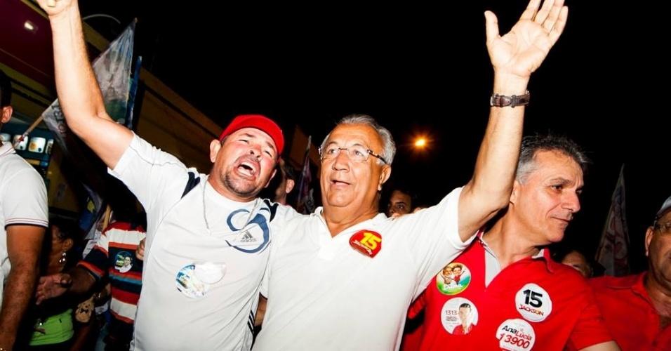 4.out.2014 - Governador do Sergipe, Jackson Barreto fez carreata e caminhada nesta sexta-feira (3), em São Cristóvão, na região metropolitana de Aracaju. De acordo com a pesquisa Ibope divulgada neste sábado (4), o candidato, que tenta a reeleição pelo PMDB, tem 55% dos votos válidos, contra 42% do segundo colocado, Eduardo Amorim do PSC