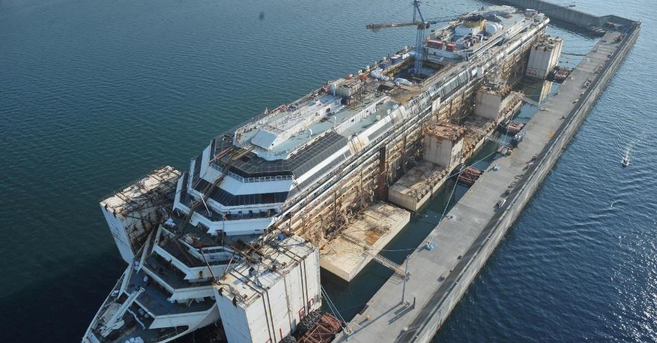 4.out.2014 - Imagem aérea mostra navio Costa Concordia, atracado no porto de Gênova, na Itália, neste sábado (4). A embarcação naufragou na ilha de Giglio com mais de 4.000 passageiros em janeiro de 2012