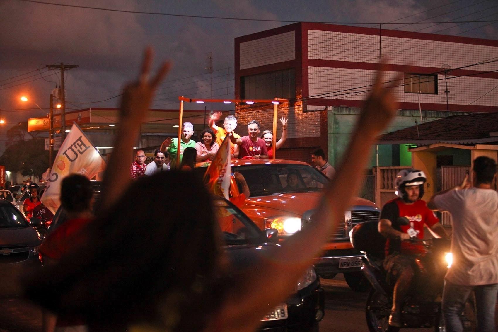4.out.2014 - O governador da Paraíba e candidato à reeleição pelo PSB, Ricardo Coutinho, participa, junto com Lucélio Cartaxo, candidato do PT ao Senado pela Paraíba, de carreata em Mangabeira, João Pessoa. De acordo com pesquisa Ibope de intenções de voto divulgada hoje, Coutinho e Cássio Cunha Lima, candidato do PSDB ao governo da Paraíba, estão empatados, os dois com 47% das intenções de voto