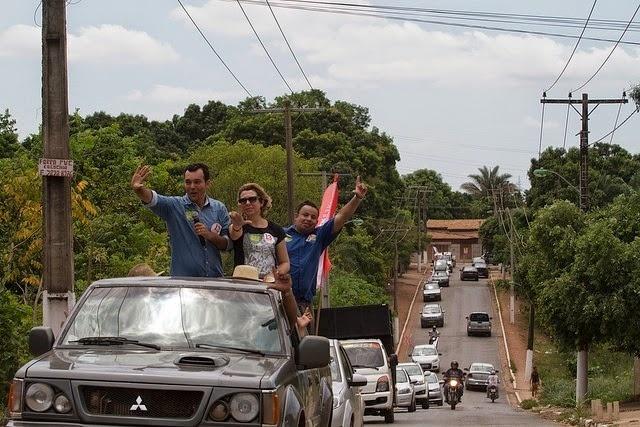 4.out.2014 - Lúdio Cabral (PT), candidato a governador do Mato Grosso, fez passeata na manhã deste sábado (4) em Várzea Grande e outra no período da tarde em Cuiabá. De acordo com a última pesquisa Ibope, divulgada na quinta, o petista aparece em segundo na disputa eleitoral, com 34% dos votos válidos, sem computar brancos ou nulos. Seu adversário, Já Pedro Taques (PDT), tem chances de ser eleito governador no primeiro turno, já que tem 55% dos votos válidos