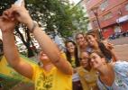 """Irmã de Marina Silva tira """"selfie"""" com eleitoras em Rio Branco - Fernando Bizerra Jr/EFE"""