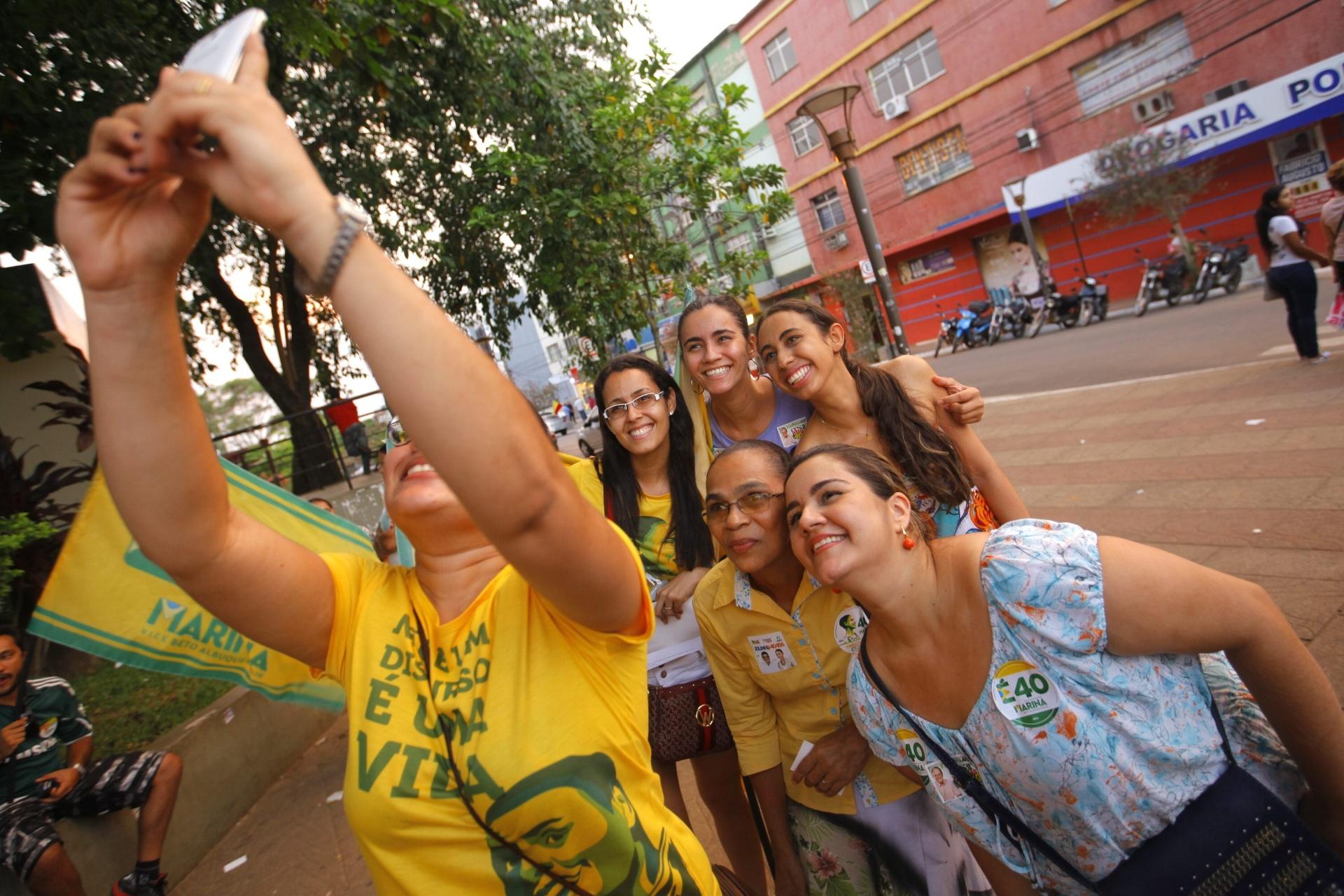 4.out.2014 - Maria Lucia da Silva (à direita), irmã da candidata à Presidência da República Marina Silva (PSB), tira