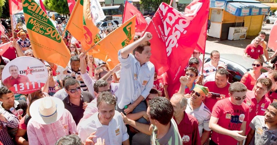 4.out.2014 - O candidato ao cargo de Senador do Ceará pelo PROS, Mauro Filho, participa de ato de campanha em Fortaleza, capital do Estado. Na última pesquisa Datafolha, divulgada neste sábado (4), ele aparece em segundo lugar na disputa, com 26% dos votos válidos, atrás de Tasso Jereissati (PSDB), que tem 72%