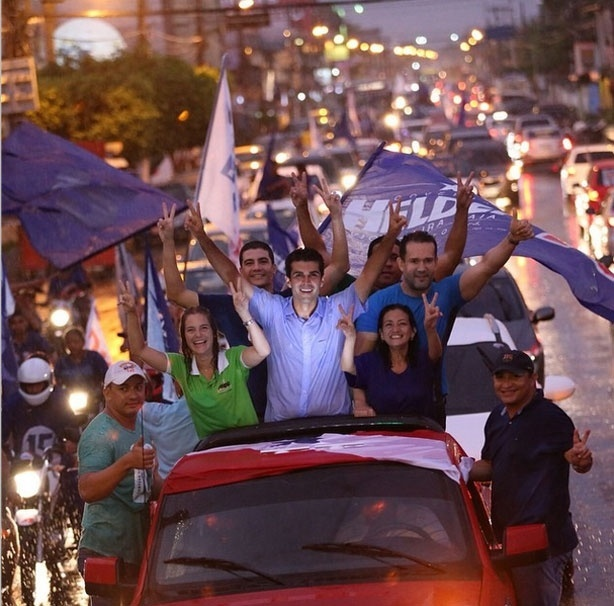 4.out.2014 - Mesmo debaixo de chuva, o candidato ao governo do Pará pelo PMDB, Helder Barbalho, participa de carreata em Ananindeua, no Pará, neste sábado (4). De acordo com a última pesquisa do Ibope, divulgada neste sábado (4), a disputa entre Barbalho e Jatene é apertada. Barbalho aparece com 48% das intenções de votos e Jatene com 46%. A margem de erro da pesquisa é de três pontos, para mais ou para menos