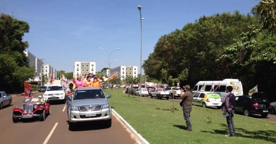 4.out.2014 - Nelsinho Trad, candidato a governador do Mato Grosso do Sul pelo PMDB, faz carretada no último dia de campanha, em Campo Grande