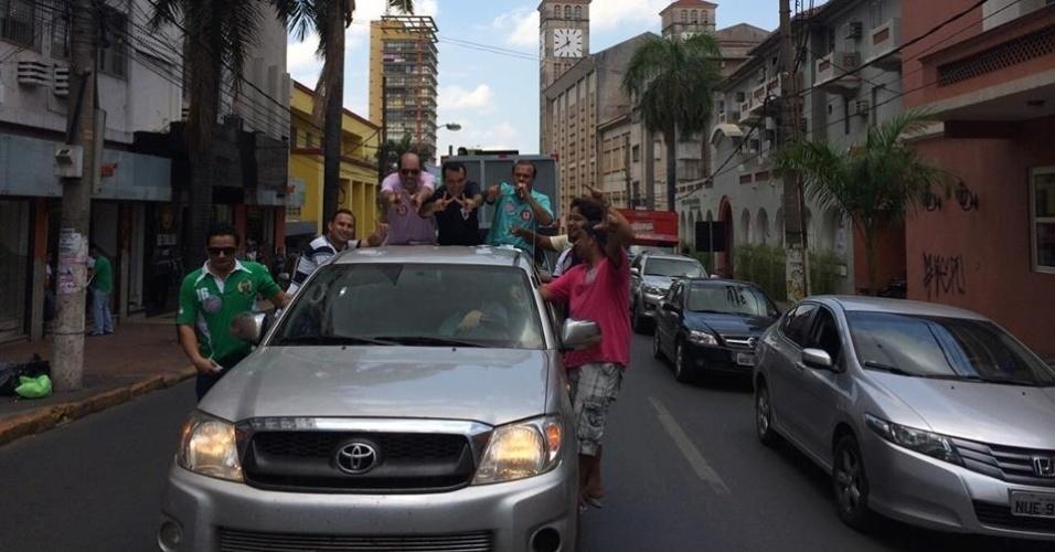 4.out.2014 - No último dia de campanha antes das eleições, o candidato ao Senado do Mato Grosso Wellington Fagundes (PR) faz carreata pela avenida Getúlio Vargas, no centro de Cuiabá