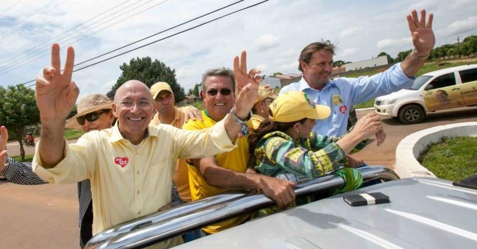 4.out.2014 - O candidato ao governo de Rondônia pelo PMDB, Confúcio Moura (primeiro à esq.), e o candidato do PDT ao Senado, Acir Gurgacz (último à dir.), fizeram carreata neste sábado pelas ruas de Ariquemes, em Rondônia. Moura tem 43% das intenções de voto, de acordo com última pesquisa Ibope, divulgada em 2 de outubro. Gurgacz também lidera, com 35%