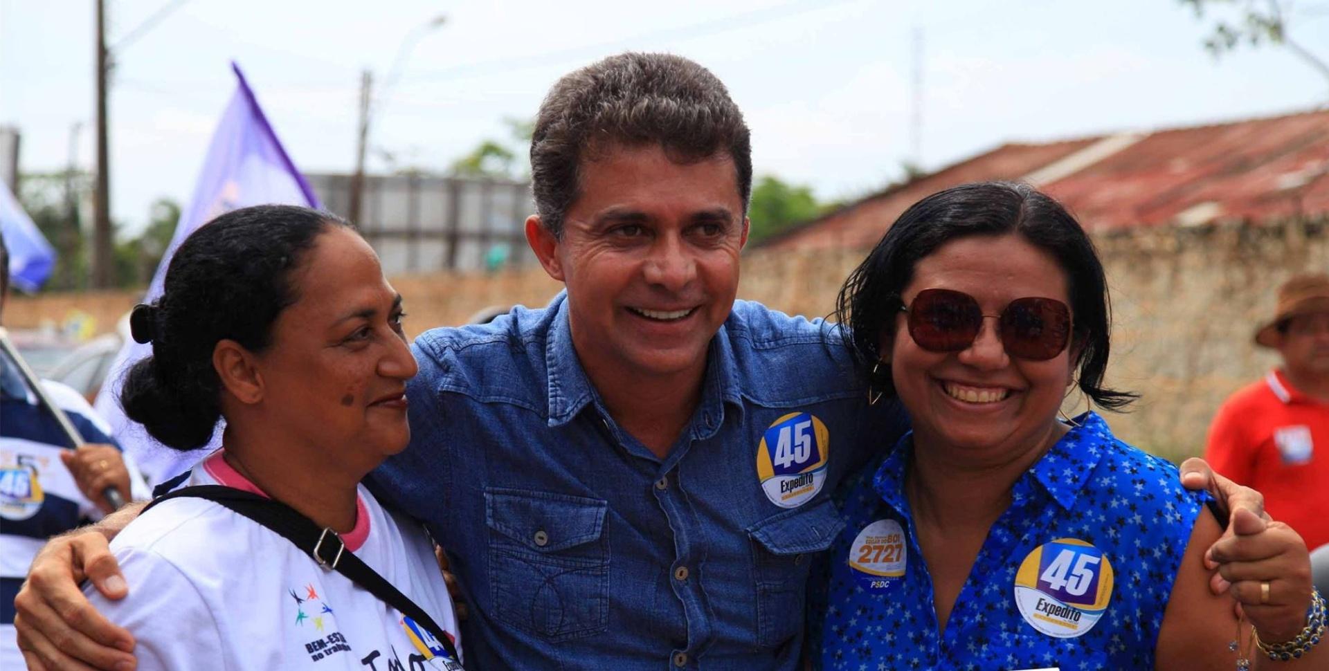 4.out.2014 - O candidato ao governo de Rondônia pelo PSDB, Expedito Junior, fez caminhada pelas ruas de Porto Velho, neste sábado, um dia antes do primeiro turno das eleições. Ele está em segundo lugar, segundo última pesquisa Ibope divulgada no dia 2 de outubro, com 35% das intenções de voto