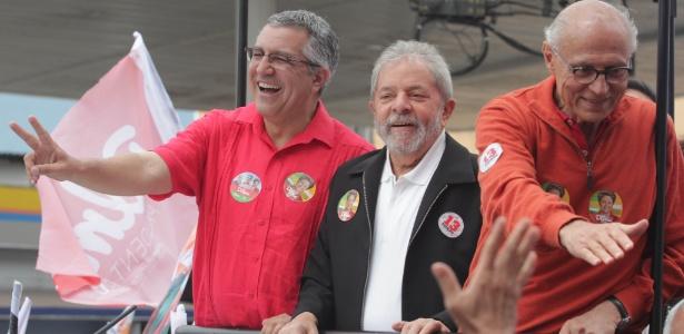 Alexandre Padilha (à esquerda), Lula e Eduardo Suplicy (à direita) em comício em 2014