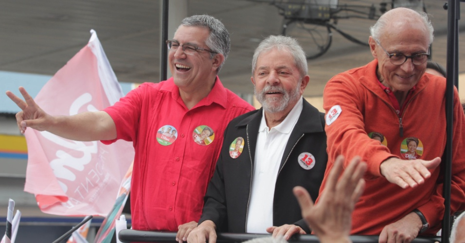 4.out.2014 - O candidato ao governo de São Paulo, Alexandre Padilha (PT) (à esq.), faz campanha junto com o ex-presidente Luiz Inácio Lula da Silva e com o candidato ao Senado, Eduardo Suplicy (à dir.) em São Bernardo do Campo, São Paulo, neste sábado (4), véspera da eleição
