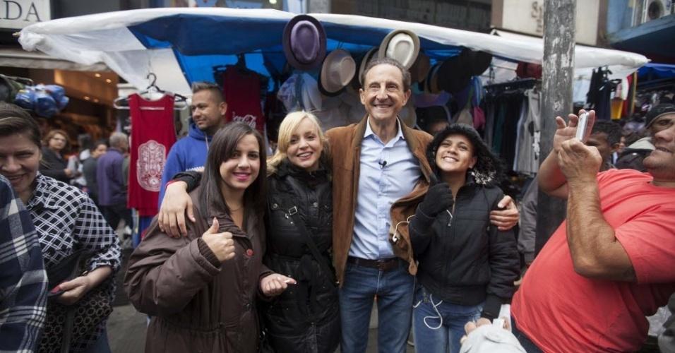4.out.2014 - O candidato ao governo de São Paulo Paulo Skaf (PMDB) foi nesta manhã sábado (4) na rua 25 de Março cumprimentar apoiadores