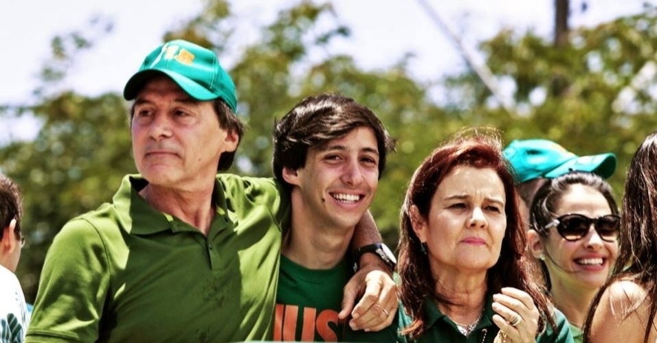 4.out.2014 - O senador e candidato ao governo do Ceará pelo PMDB, Eunício Oliveira (à esq. com boné verde), participa de ato de campanha nas ruas de Fortaleza, capital do Estado, na manhã deste sábado (4), véspera da eleição. Segundo pesquisa Datafolha divulgada neste sábado, o peemebista tem 49% dos votos válidos, ante 45% de Camilo Santana (PT). O levantamento tem margem de erro de dois pontos percentuais, para mais ou para menos. Na simulação de segundo turno entre os dois, Eunício venceria com 53% contra 47% de Camilo