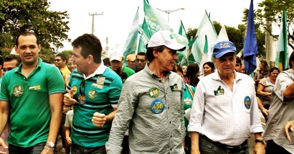 4.out.2014 - O senador e candidato ao governo do Ceará pelo PMDB, Eunício Oliveira (ao centro com boné branco), participa de caminhada pelas ruas de Fortaleza, capital do Estado, na manhã deste sábado (4), véspera da eleição. Segundo pesquisa Datafolha divulgada neste sábado, o peemebista tem 49% dos votos válidos, ante 45% de Camilo Santana (PT). O levantamento tem margem de erro de dois pontos percentuais, para mais ou para menos. Na simulação de segundo turno entre os dois, Eunício venceria com 53% contra 47% de Camilo