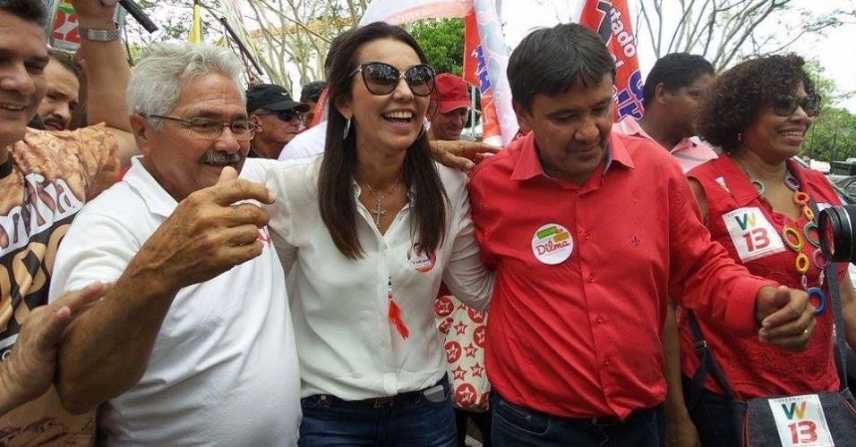 4.out.2014 - O candidato ao governo do Piauí pelo PT, Wellington Dias (primeiro à dir.), fez caminhada ao lado de Margarete Coelho (PP), sua candidata à vice, e Elmano (PTB) - o Veín Trabalhador, candidato ao Senado, neste sábado (4), pelas ruas de Teresina. Dias lidera tem 55% das intenções de voto, segundo última pesquisa Ibope, divulgada no dia 2 de outubro. Elmano também lidera, com 46% das intenções de voto