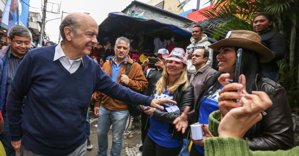 4.out.2014 - O candidato ao Senado, José Serra (PSDB), fez caminhada no calçadão de São Miguel Paulista, na região leste de São Paulo, neste sábado (4), véspera da eleição