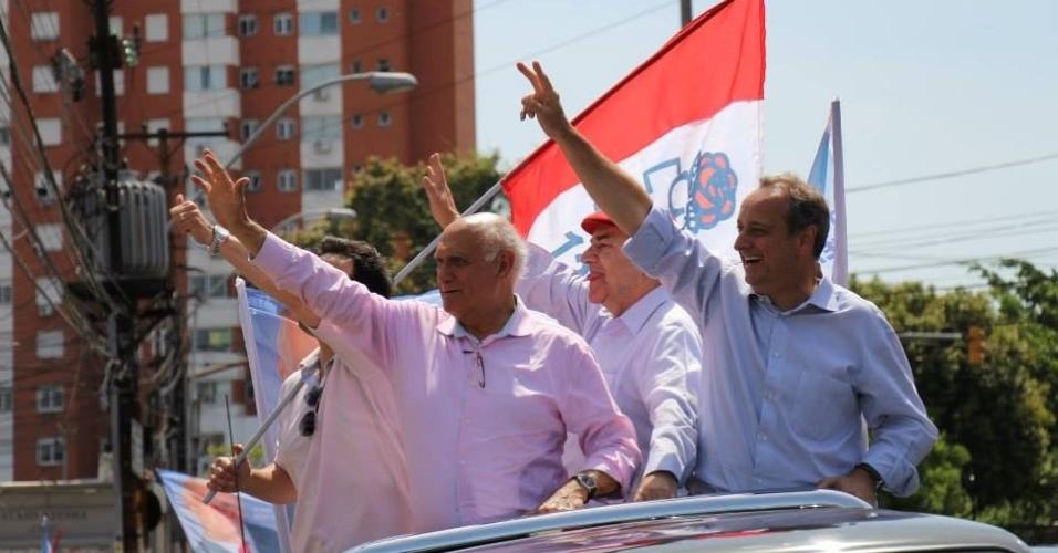 4.out.2014 - O candidato do PDT ao Senado pelo Rio Grande do Sul, Lasier Martins, fez carreata pelas ruas de Porto Alegre, neste sábado (4). Ele está em segundo lugar nas pesquisas. Segundo levantamento do Datafolha, divulgado hoje, Lasier tem 38% das intenções de votos válidos