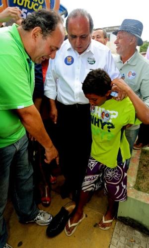 4.out.2014 - O candidato do PMDB ao governo do Rio de Janeiro, Luiz Fernando Pezão, confraterniza com eleitores durante caminhada na cidade de Paty do Alferes, na região serrana. De acordo com pesquisa do Datafolha, divulgada neste sábado (4), Pezão tem 31% das intenções de voto. Anthony Garotinho (PR) e Marcelo Crivella (PRB) aparecem em seguida, tecnicamente empatados, com 21% e 19%, respectivamente. A margem de erro é de dois pontos percentuais para mais ou para menos. Atual governador do Rio, substituto de Sérgio Cabral (PMDB), Pezão foi questionado na última terça-feira (30) em debate realizado pela TV Globo pelo candidato do PSOL, Tarcísio Motta, sobre o paradeiro do corpo do ajudante de pedreiro Amarildo de Sousa, morador da Rocinha morto por PMs da UPP local