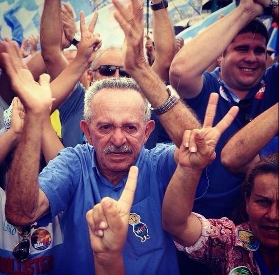 4.out.2014 - O candidato do PP ao governo de Alagoas, Benedito de Lira (Biu), faz caminhada na cidade de Arapiraca (AL). Em pesquisa de intenções de votos divulgada na sexta-feira (3), o candidato está em segundo lugar na disputa pelo governo do Estado, atrás de Renan Filho (PMDB)