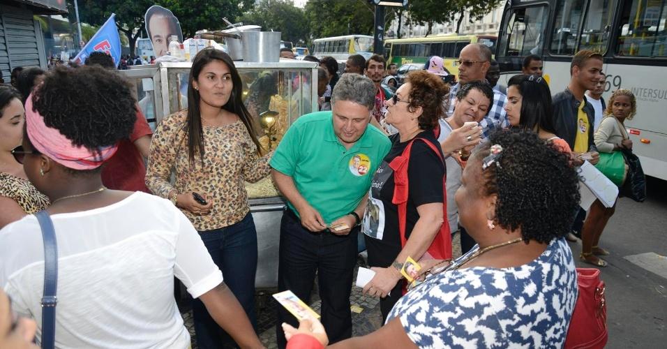 4.out.2014 - O candidato do PR ao governo do Estado do Rio, Anthony Garotinho, fez corpo a corpo na entrada da Central do Brasil (onde há estações de trem e metrô), no centro da capital fluminense, na sexta-feira (3)