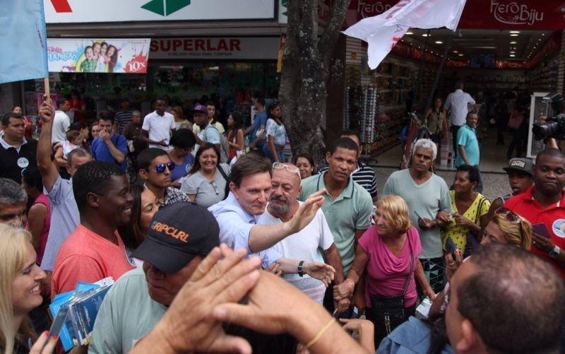 4.out.2014 - O candidato do PRB ao governo do Estado do Rio, Marcelo Crivella, fez campanha no calçadão de Campo Grande, na zona oeste da capital fluminense, na sexta-feira (3)