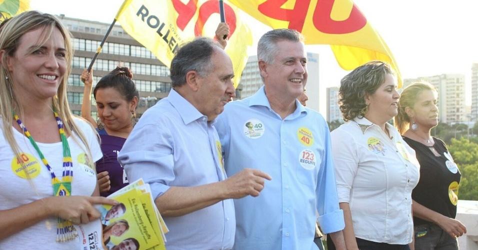 4.out.2014 - O candidato do PSB ao governo do Distrito Federal, Rodrigo Rollemberg, cumprimenta eleitora durante caminhada pelas ruas de Taguatinga Norte, em Brasília, neste sábado (4). De acordo com a última pesquisa do Datafolha, divulgada na quinta-feira (2), Rollemberg aparece como primeiro colocado na disputa eleitoral com 39% das intenções de votos. A margem de erro da pesquisa é de três pontos, para mais ou para menos