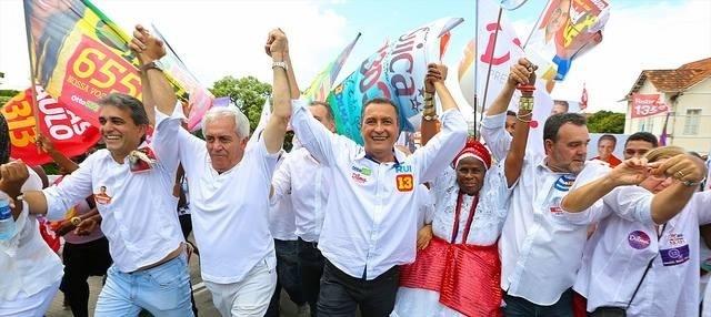 4.out.2014 - O candidato do PSD ao Senado pela Bahia, Otto Alencar (centro), participa de caravana em Salvador, neste sábado (4). De acordo com a última pesquisa do Ibope, divulgada na quinta-feira (11), Alencar aparece como segundo colocado na disputa eleitoral com 27% das intenções de votos. A margem de erro da pesquisa é de dois pontos, para mais ou para menos