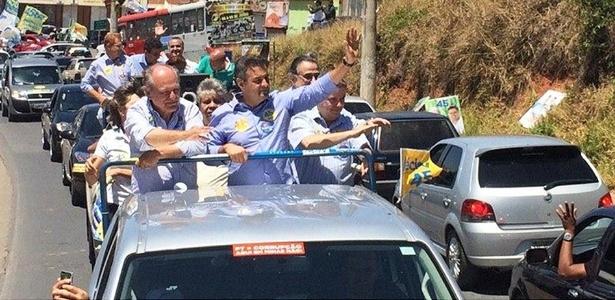 Aécio Neves (PSDB) faz carreata ao lado do então candidato de seu partido ao governo mineiro, Pimenta da Veiga (à esq.), e do senador eleito Antonio Anastasia (à dir.)