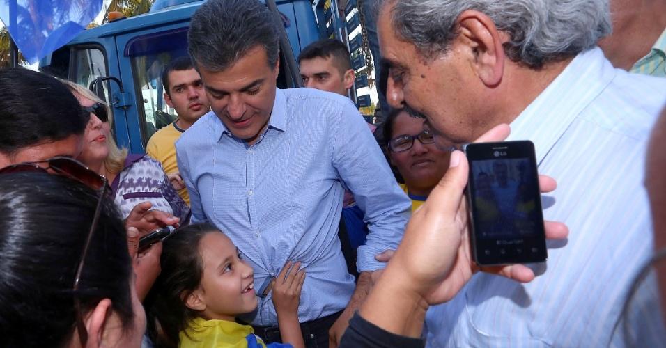 4.out.2014 - O candidato do PSDB ao governo do Paraná, Beto Richa, fez carreata e caminhada pelas ruas de Paranaguá, no litoral do Estado, na quinta-feira (2). Segundo pesquisa Datafolha divulgada neste sábado (4), Richa tem 46% das intenções de voto e é seguido por Roberto Requião, com 28%. A candidata do PT, Gleisi Hoffmann, tem 11%. A margem de erro é de dois pontos percentuais para mais ou para menos. Considerando apenas votos válidos, segundo o levantamento, Richa seria eleito no primeiro turno, com 53%. Requião aparece com 32%, e Gleisi Hoffmann, com 13%