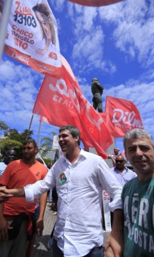 4.out.2014 - O candidato do PT ao governo do Estado do Rio, Lindberg Farias, participou de atividades de campanha em São Gonçalo e em Niterói, na região metropolitana do Estado, e também visitou bairros da zona oeste da capital fluminense, nesta sexta-feira (3)