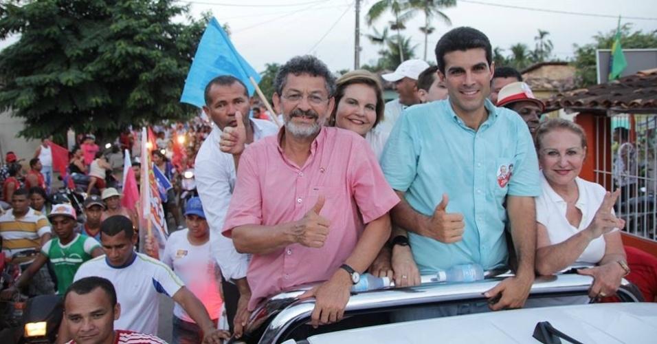 4.out.2014 - O candidato do PT ao Senado pelo Pará, Paulo Rocha, participa de carreata em São Brás, neste sábado (4), ao lado do candidato ao governo do Estado pelo PMDB, Helder Barbalho. De acordo com a última pesquisa do Ibope, divulgada no sábado (13), Rocha aparece na liderança da disputa eleitoral com 23% das intenções de votos. A margem de erro da pesquisa é de três pontos, para mais ou para menos