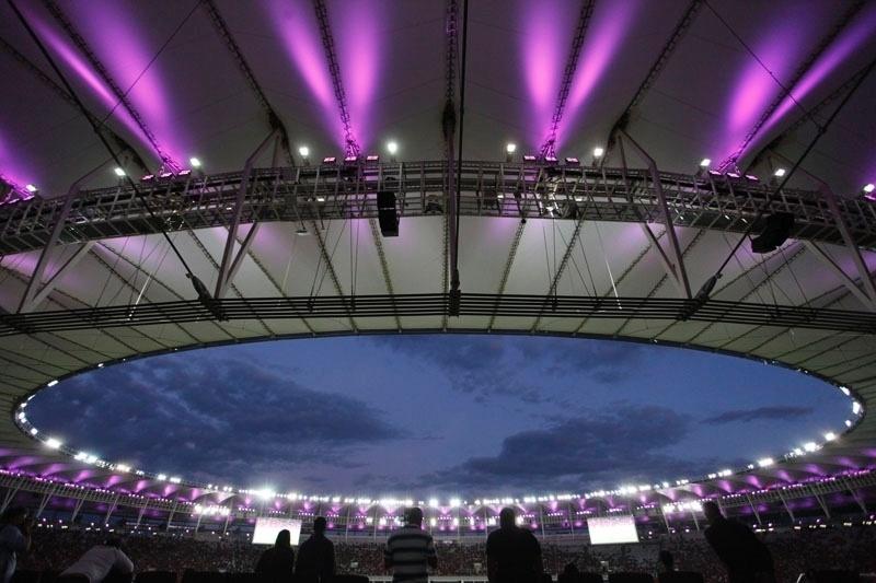 4.out.2014 - O estádio do Maracanã inaugurou, neste sábado (4), durante o jogo Flamengo e Santos as ações do Outubro Rosa. O estádio foi especialmente iluminado de rosa e os jogadores dos dois times e todo o staff do Maracanã usaram fitas dessa cor na camisa para reforçar a campanha