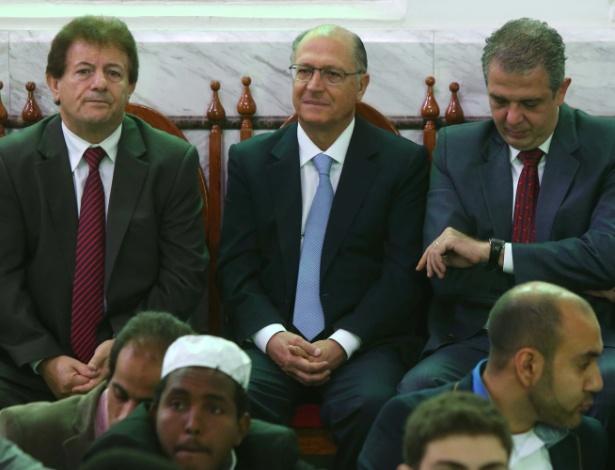 4.out.2014 - 4.out.2014 - O governador de São Paulo e candidato à reeleição, Geraldo Alckmin (PSDB) (ao centro), participou na manhã deste sábado (4) da festa do Sacrifício (Eid al-Adha), celebração anual realizada por muçulmanos na Mesquita Brasil em São Paulo