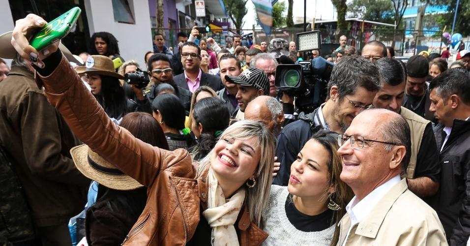 4.out.2014 - O governador de São Paulo e candidato à reeleição, Geraldo Alckmin (PSDB), tira