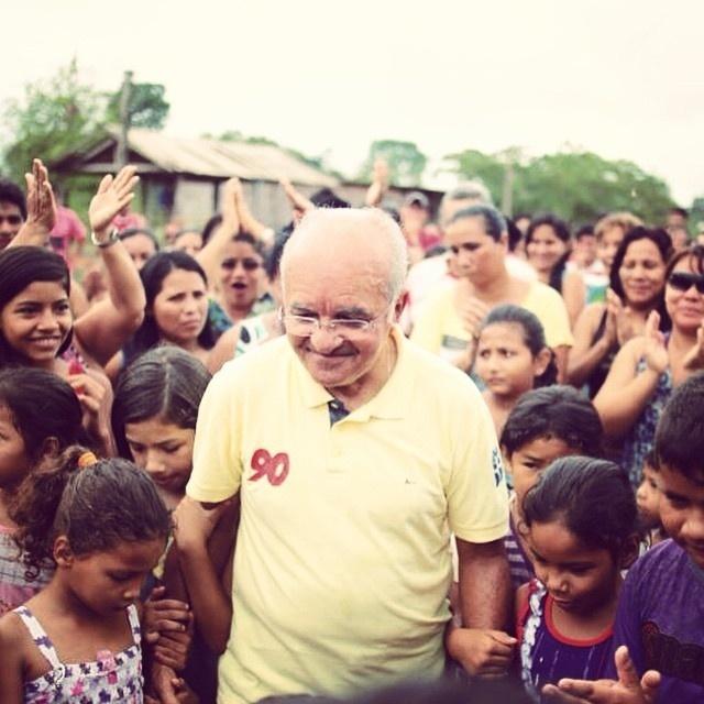 4.out.2014 - O governador do Amazonas e candidato à reeleição, José Melo (Pros), é cercado por crianças durante caminhada no interior do Estado. De acordo com pesquisa do Ibope divulgada nessa sexta-feira (3), Melo aparece em segundo na disputa eleitoral, com 32% das intenções de voto. Seu adversário, Eduardo Braga (PMDB), tem 46%