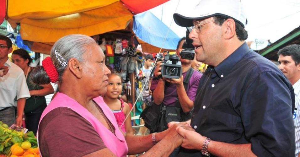 4.out.2014 - O senador e candidato ao governo do Amazonas, Eduardo Braga (PMDB), cumprimenta eleitora durante caminhada pelas ruas de Manaus neste sábado (4), véspera da eleição. De acordo com pesquisa do Ibope divulgada nessa sexta-feira (3), Braga tem 46% das intenções de voto - o atual governador, José Melo (Pros), tem 32%