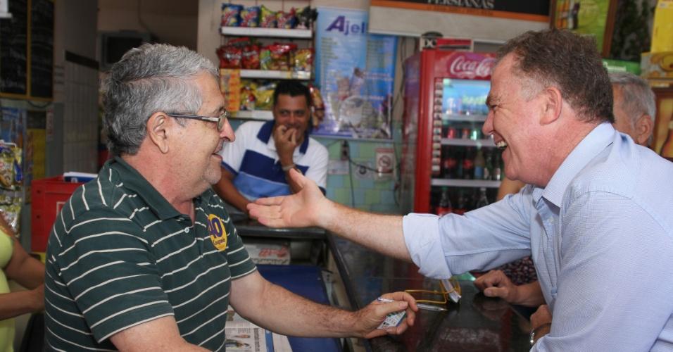 4.out.2014 - Candidato à reeleição para o governo do Espírito Santo, Renato Casagrande (PSB) cumprimenta eleitor, durante visita a Cariacica nesta sexta-feira (3). De acordo com a pesquisa Ibope divulgada na sexta-feira, Casagrande tem 37% dos votos válidos, contra 52% do candidato do PMDB, Paulo Hartung