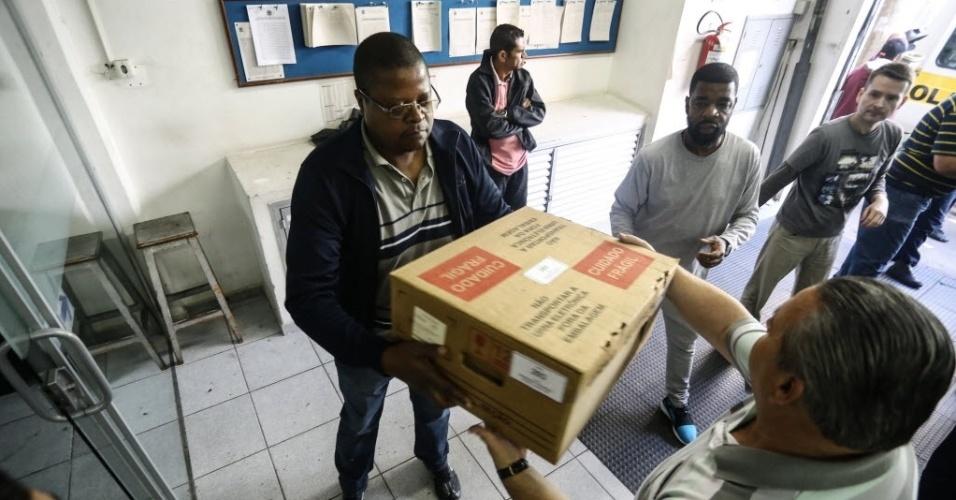 4.out.2014:- Transporte de urnas eletrônicas na manhã deste sábado (4), no TRE no centro da cidade de São Paulo, SP, para a eleição 2014 que acontece neste domingo (5)