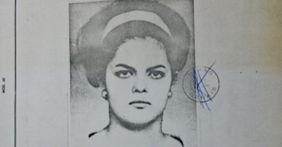 Foto de identificação mostra Dilma Rousseff com 25 anos, em 1972, em pasta em que reunia informações sobre o processo que ela respondeu na Justiça Militar. Militante do grupo de guerrilha armada VAR-Palmares, Dilma foi presa em 1970 acusada de subversão pela ditadura militar