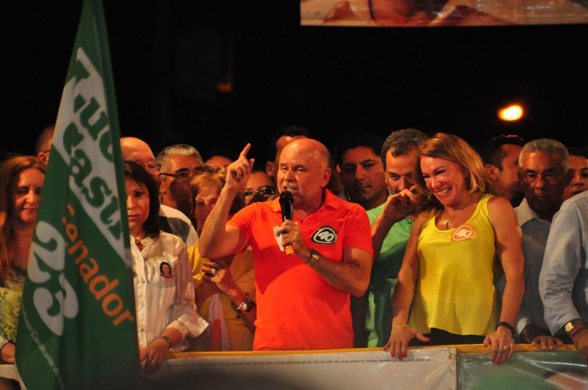 4.out.2014 - Candidato ao Senado, Luciano Castro (PR) discursa em comício nesta sexta-feira (3) em Roraima. Castro está em terceiro lugar na corrida eleitoral, com 20% dos votos válidos, segundo a pesquisa Ibope divulgada nesta quinta-feira (2). O candidato do PSDB José de Anchieta lidera com 29%, seguido de Telmário Mota (PDT), que tem 23%. Completam a disputa, Mozarildo Cavalcanti, do PTB (16%); dra. Josy Carvalho, do PPL (9%); e Dionísio Alves, do PSTU (3%)