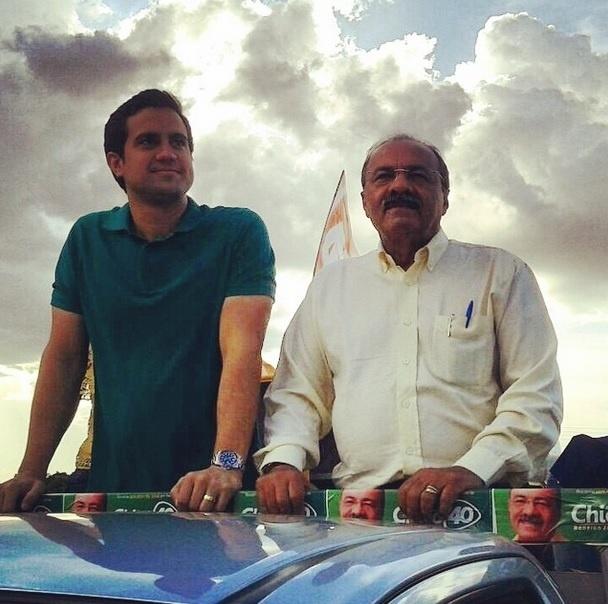 4.out.2014 - Candidato do PSB ao governo de Roraima, Chico Rodrigues faz carreata, ao lado do vice Rodrigo Jucá, neste sábado (4) na capital Boa Vista. De acordo com levantamento do Ibope, divulgado nesta quinta-feira (2), Chico Rodrigues está à frente na corrida eleitoral ao governo, com 38% dos votos válidos. Suely Campos (PP), que substituiu o marido Neudo Campos, após ele desistir da candidatura, aparece em segundo lugar com 31%