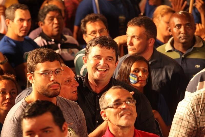 4.out.2014 - José de Anchieta Júnior ao lado de eleitores durante comício em Roraima nesta sexta-feira (3). Candidato do PSDB ao Senado, Anchieta lidera a corrida, com 29% dos votos válidos. Em segundo lugar, Telmário Mota (PDT) tem 23%, seguido por Luciano Castro, do PR, que aparece com 20%. Completam a disputa, Mozarildo Cavalcanti (PTB), com 16%, dra. Josy Carvalho (PPL), com 9%, e Dionísio Alves (PSTU), com 3%