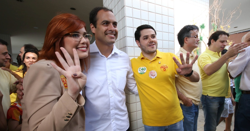 4.out.2014 - Movimentação na casa do candidato do PSB ao governo de Pernambuco, Paulo Câmara, nesta manhã (5) no Recife. Ele é líder nas pesquisas de intenção de voto com 45%, contra 32% de Armando Monteiro (PTB)