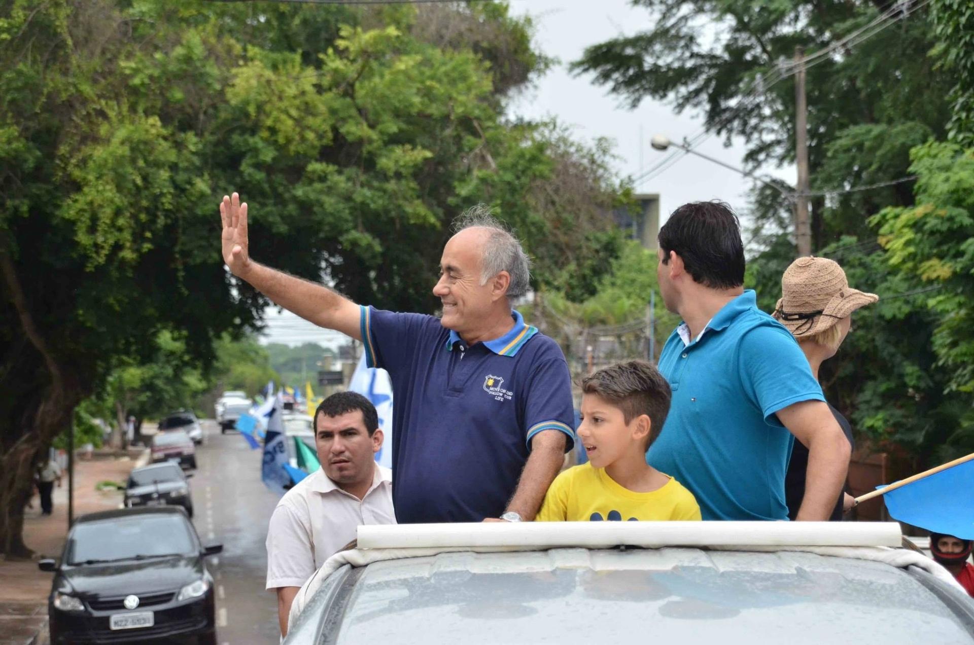 4.out.2014 - O candidato ao governo do Acre Tião Bocalom (DEM) fez carreata em Rio Branco neste sábado (4). Ele aparece em segundo lugar nas pesquisas, com 23% das intenções de voto, segundo pesquisa Ibope divulgada no dia 2 de outubro