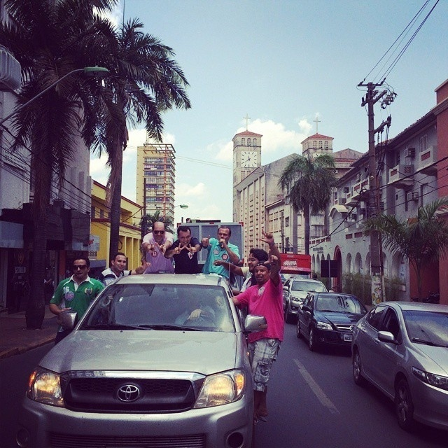 4.out.2014 - O candidato ao Senado por Mato Grosso Wellington Fagundes (PR) fez carreata na avenina Getúlio Vargas, em Cuiabá, neste sábado (4). Segundo última pesquisa Ibope, divulgada no dia 2, ele tem 40% das intenções de voto e é primeiro colocado na disputa