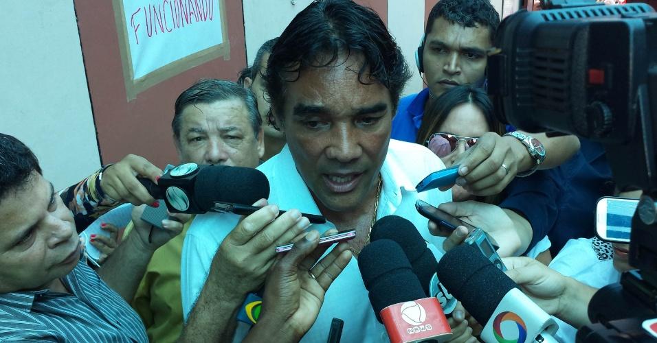 5.out.2014 - O candidato do PMDB ao governo do Maranhão, Edison Lobão Filho, conversa com jornalistas após votar neste domingo (5) no colégio Santa Teresa, em São Luis. Segundo pesquisa divulgada no dia 2, ele soma 32% das intenções de voto contra 49% de Flavio Dino (PCdoB)
