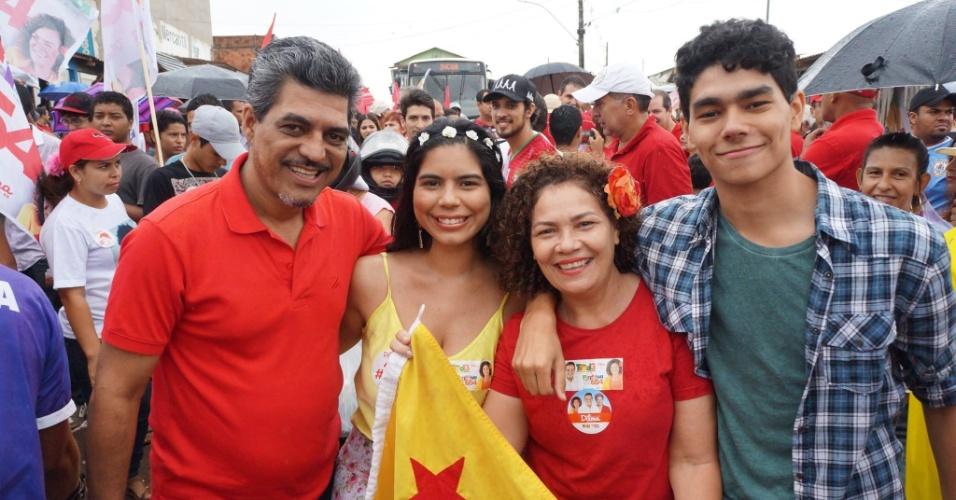 4.out.2014 - A candidata ao Senado pelo Acre, Perpétua Almeida (PC do B), fez caminhada neste sábado para encerrar a sua campanha. Ela é a segundo colocada nas pesquisas, com 33% das intenções de votos, segundo Ibope