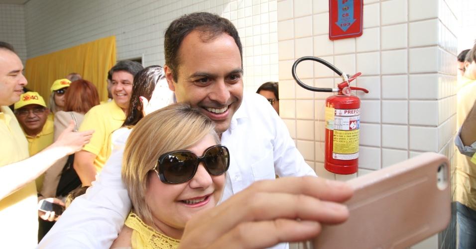 5.out.2014 - 5.out.2014 - O candidato ao Governo de Pernambuco pelo PSB, Paulo Câmara, se prepara para votar na manhã deste domingo (5), no Recife. Câmara lidera as pesquisas de intenção de voto com 61%, segundo o Datafolha