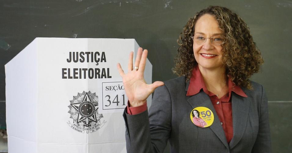 5.out.2014 - A candidata à Presidência da República pelo PSOL, Luciana Genro, vota na Escola Estadual Apeles, no bairro Santana, em Porto Alegre (RS), neste domingo (5), primeiro turno das eleições 2014