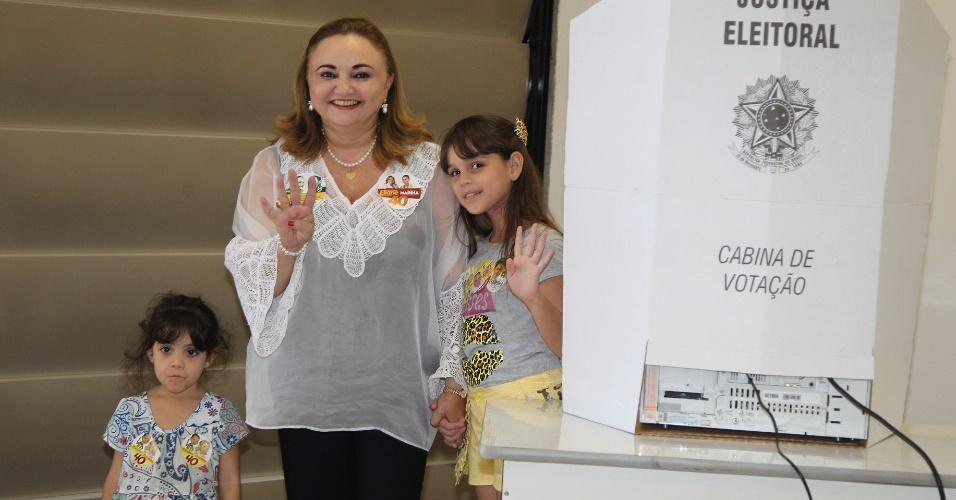 5.out.2014 - A candidata ao governo do Estado do Ceará, Eliane Novais (PSB), vota na Universidade de Fortaleza neste domingo (5), acompanhada de suas sobrinhas