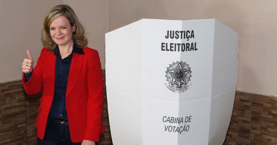5.out.2014 - A candidata ao governo do Paraná Gleisi Hoffmann (PT), votou em Curitiba na manhã deste domingo (5). Ela não quis comentar sobre os resultados das eleições e disse que